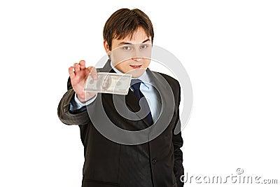 Hombre de negocios moderno sonriente que lleva a cabo cientos dólares