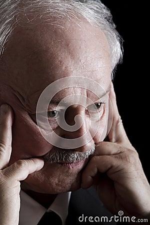 Hombre de negocios profundamente deprimido