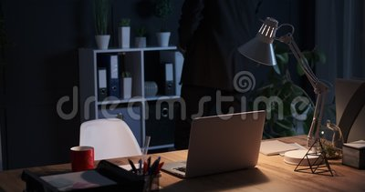 Hombre de negocios que guarda el fichero en estante y que vuelve al escritorio de oficina metrajes