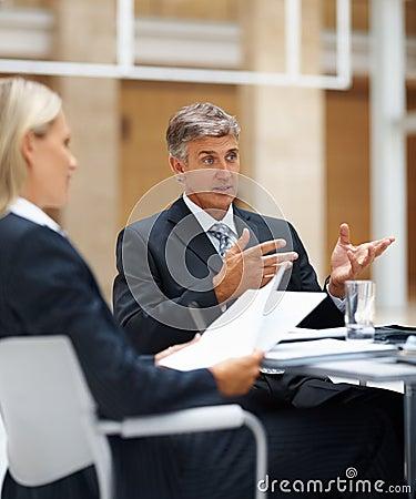 Hombre de negocios que habla a sus colegas