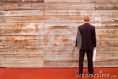 Hombre de negocios que hace frente a una pared