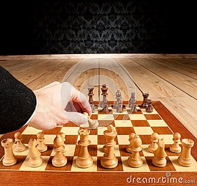 Hombre de negocios que juega a ajedrez