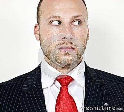 Hombre de negocios que mira fijamente