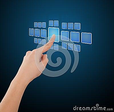 Hombre de negocios que presiona los botones modernos de alta tecnología