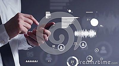 Hombre de negocios que realiza análisis de datos de negocio en el dispositivo del teléfono móvil en la oficina