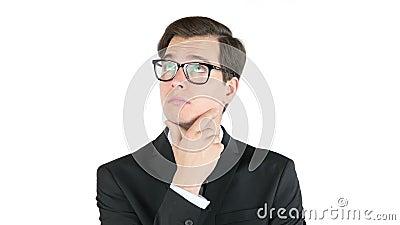Hombre de negocios serio que piensa, aislado en el fondo blanco