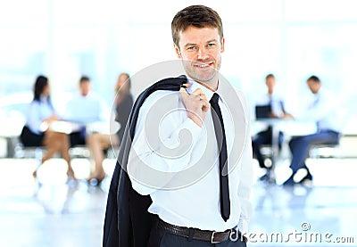 Hombre de negocios sonriente