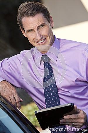 Hombre de negocios usando el ordenador o el iPad de la tablilla