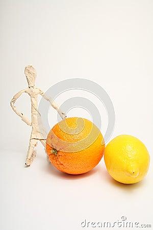 Hombre de papel con la fruta