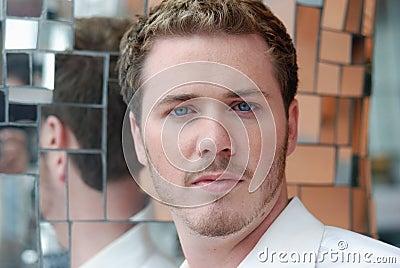 Hombre del pelo rubio con los ojos azules