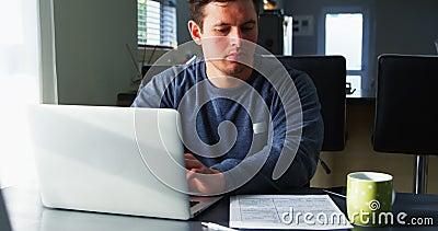 Hombre discapacitado que comprueba el documento en la tabla 4k almacen de video