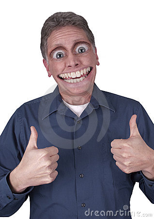 Hombre divertido con sonrisa feliz grande en cara