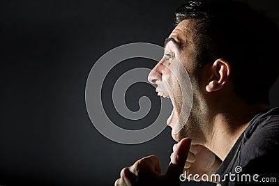 Hombre emocionado