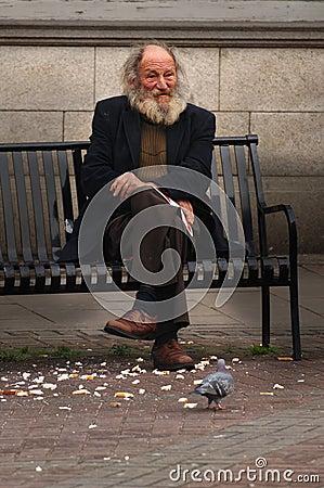 Hombre en banco de la calle