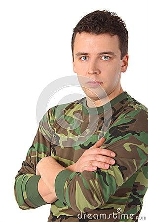 Hombre en camuflaje con las manos cruzadas