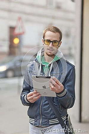 Hombre en el ordenador de la tablilla de Ipad del uso de la calle Foto de archivo editorial