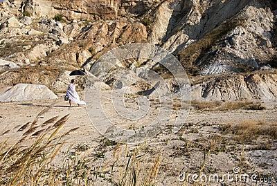 Hombre en el vestido blanco
