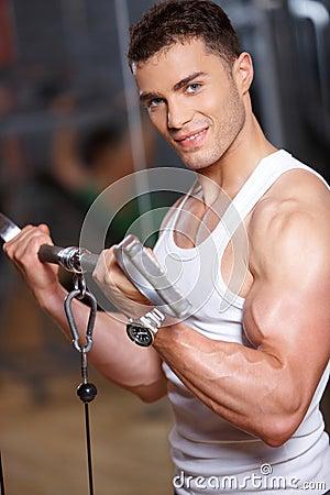 Hombre en la gimnasia