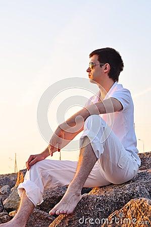 Hombre en la salida del sol