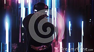 Hombre en las auriculares de VR que tocan el objeto virtual almacen de metraje de vídeo