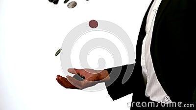 Hombre en microprocesadores que lanzan y de cogidas del traje del casino metrajes