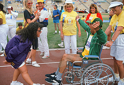 Hombre en sillón de ruedas en los Juegos Paralímpicos Foto de archivo editorial