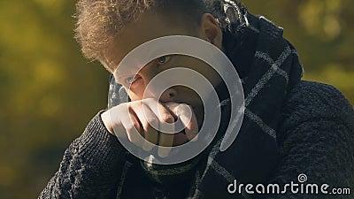Hombre en toser de la bufanda al aire libre, consiguiendo enfermo con gripe en el tiempo frío, primer metrajes