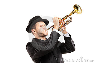 Hombre en un juego con un sombrero que toca una trompeta
