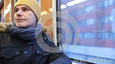 Hombre en un tren del metro en Helsinki, Finlandia almacen de video