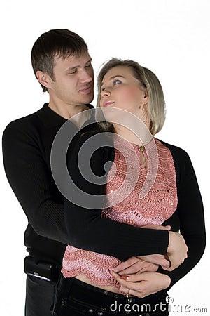 Hombre enamorado y la mujer. El retrato aislado en un Ba blanco