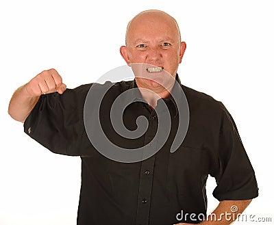 Hombre enojado con el puño levantado