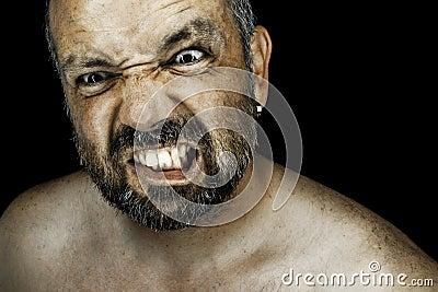 Hombre enojado con la barba