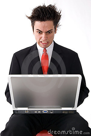 Hombre enojado de la computadora portátil