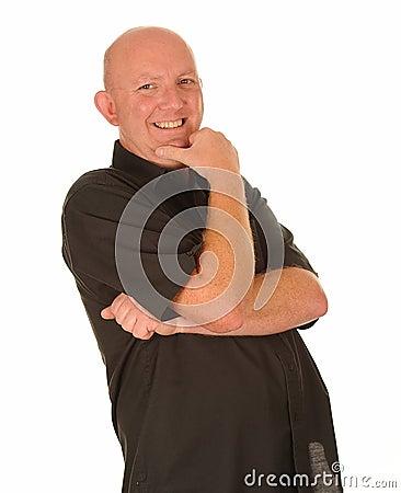 Hombre envejecido medio de risa