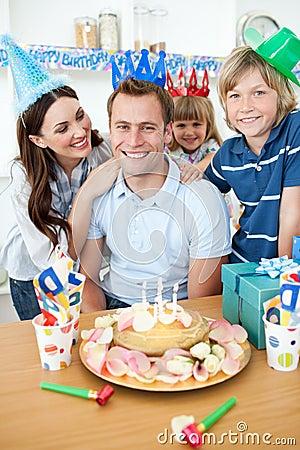 Hombre feliz que celebra su cumpleaños con su familia