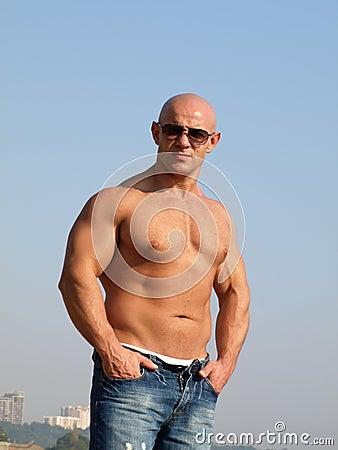 Hombre fuerte con el torso desnudo