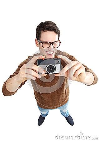 Hombre Geeky con la cámara del vintage