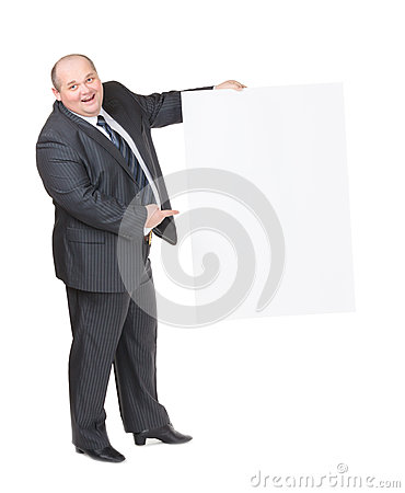 Hombre gordo alegre con una muestra en blanco