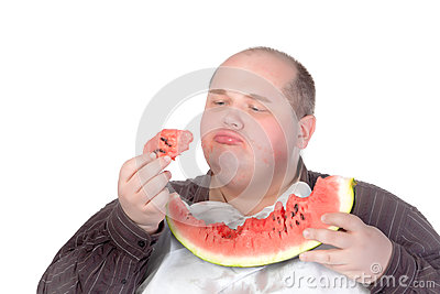 Hombre gordo savouring una rebanada de sandía