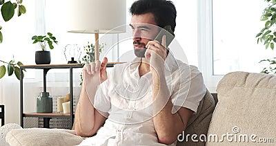 Hombre hablando por teléfono móvil en casa almacen de video