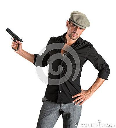 Hombre hermoso en casquillo con un arma