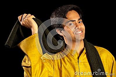 Hombre indio hermoso