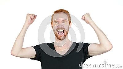 Hombre joven alegre que gesticula, felicidad, éxito, buenas noticias, fondo blanco metrajes