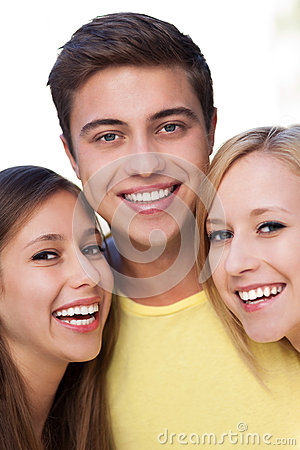 Hombre joven con dos amigos femeninos