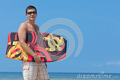 Hombre joven con la tarjeta de la boogie