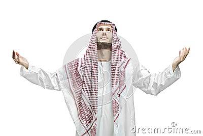 Hombre joven de religión musulmán que ruega