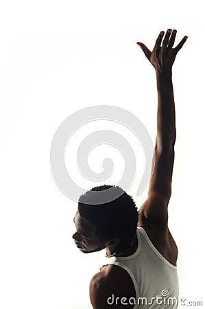 Hombre joven del afroamericano con el brazo levantado
