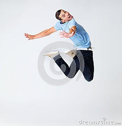 Hombre joven emocionado que realiza un acto del baile
