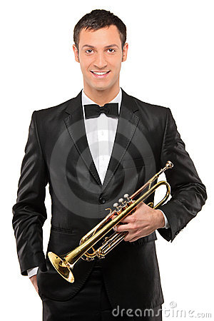 Hombre joven en el juego que sostiene una trompeta
