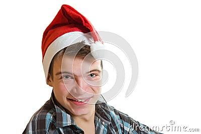 Hombre joven en el sombrero de santa